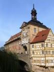 Historisches Rathaus Bamberg: Beide Gebäudeseiten sind vollständig mit allegorischen Szenen und architektonischen Details bemalt, der typischen Illusionsmalerei in dieser Zeit. Kleine, tatsächlich figürlich gestaltete Elemente an der östlichen Seite